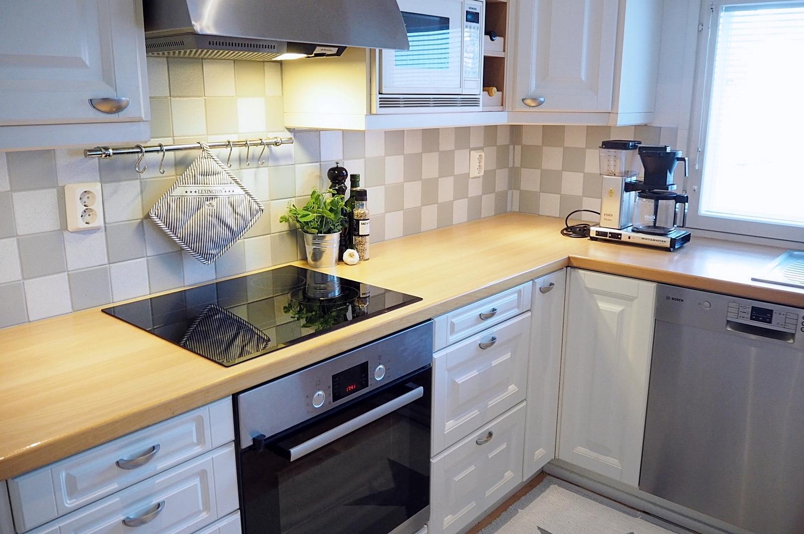 Valkoisessa keittiössä on uudet kodinkoneet