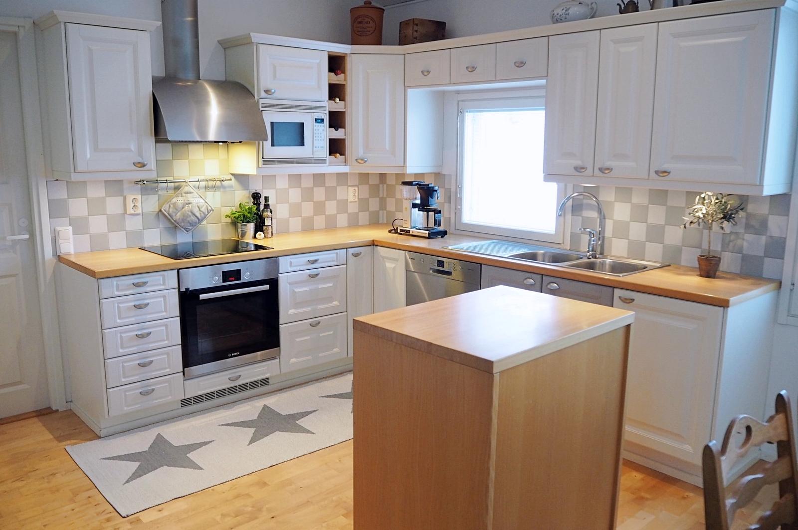 Tilavassa keittiössä ruuanlaitto ja juhlien järjestäminen onnistuu vaivattomasti