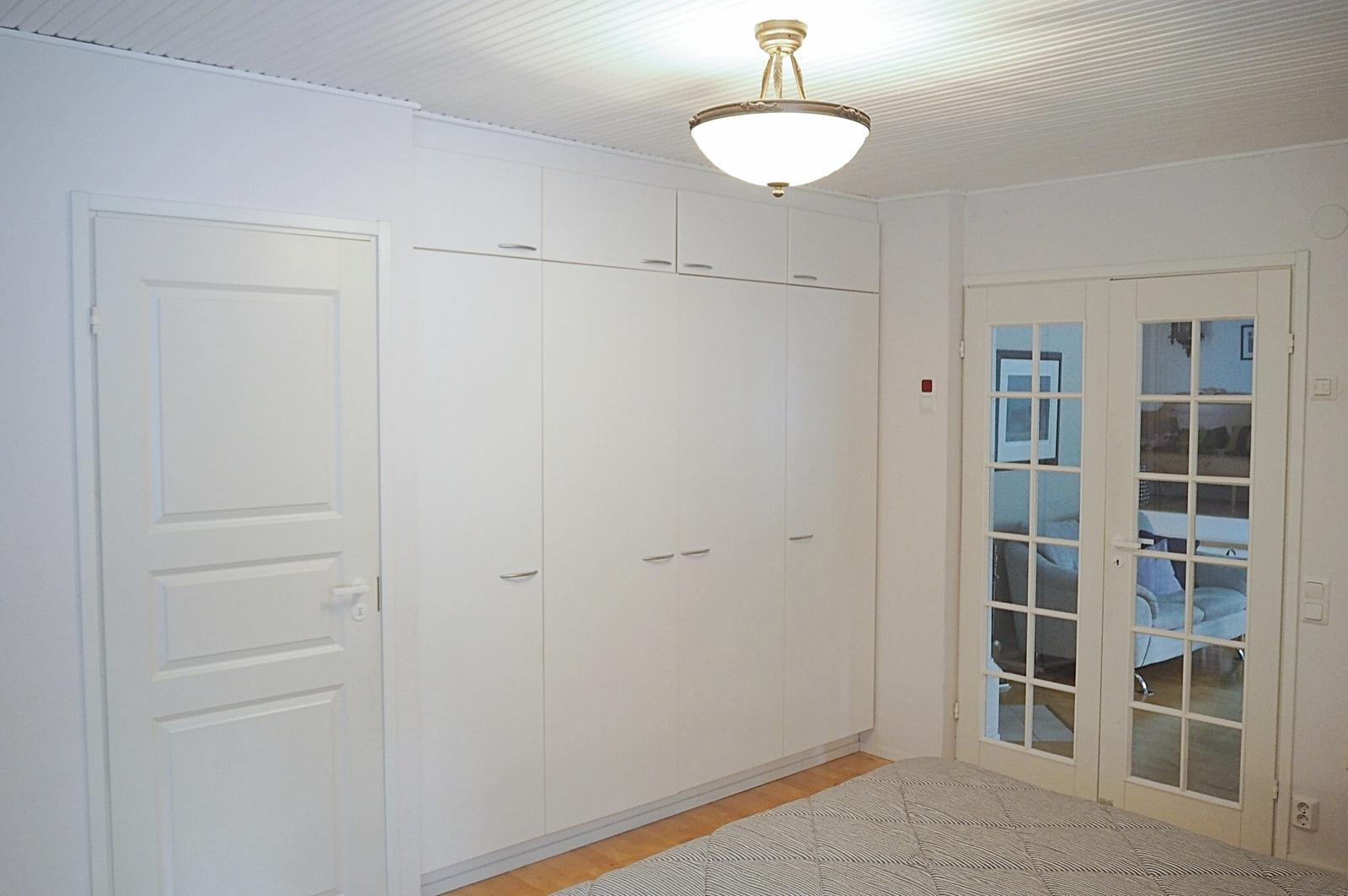 Makuuhuoneessa on runsaasti vaatesäilytystilaa sekä oma ovi wc- ja saunatiloihin