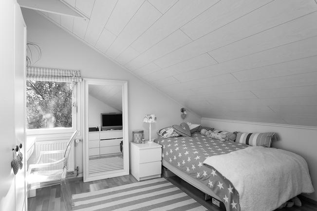 Yksi yläkerran makuuhuoneista