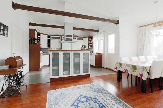 Olohuoneesta keittiön ja ruokailutilan suuntaan