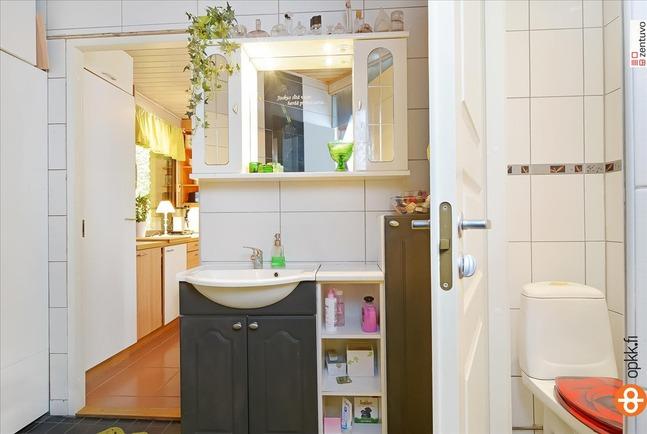 Kylpyhuoneen yhteydessä toinen erillinen wc