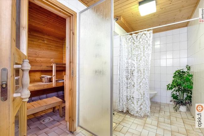 kellarikerroksen saunan kylpyhuone
