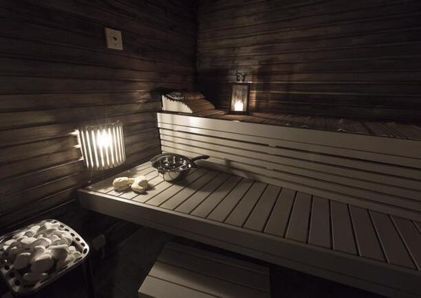 Sauna, jossa puu- sekä sähkökiuas