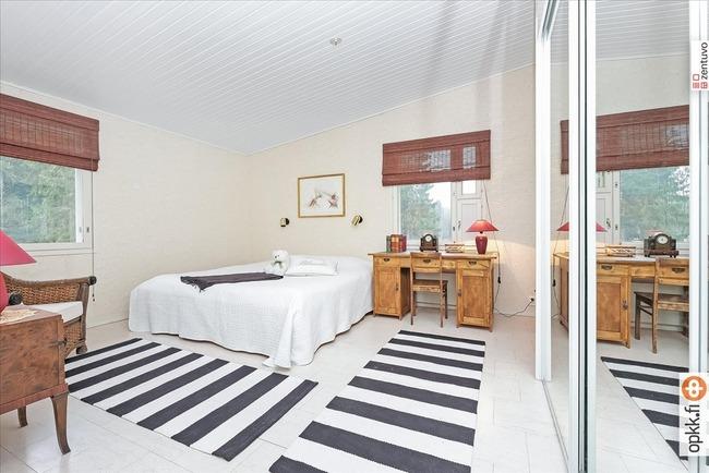 Yläkerran master bedroom, oma kh ja parveke