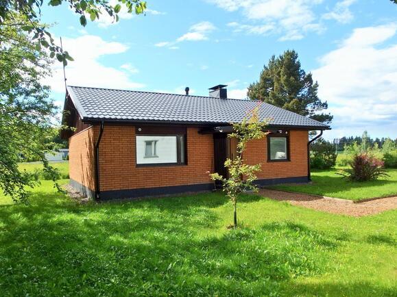 Talo, sisäänkäynti ja talon pihapiiriä