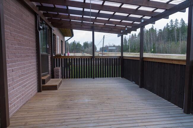 Takapihalla on iso katettu terassi