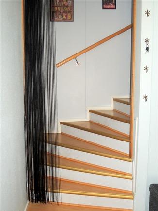 Eteisestä portaat toiseen kerrokseen