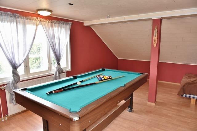 yläkerrassa 2 huonetta ja pieni aula