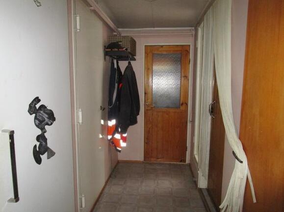 Vasemmalla kylmiön ja pannuhuoneen ovet, perällä...