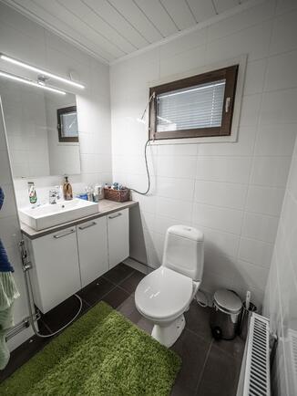 WC:t sijaitsevat näppärästi molempien sisäänkäyn...