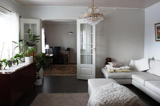 Olohuoneen ja takkahuoneen välillä kauniit lasio...