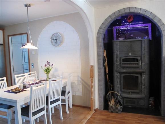 Varaava takka olohuoneen ja keittiön välillä