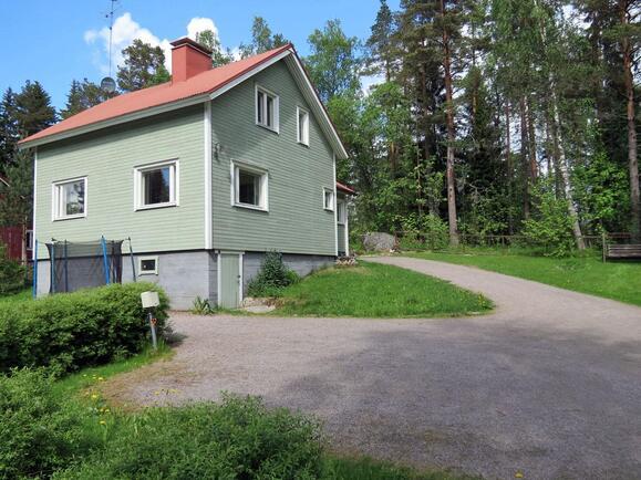 Talo ja pihaa