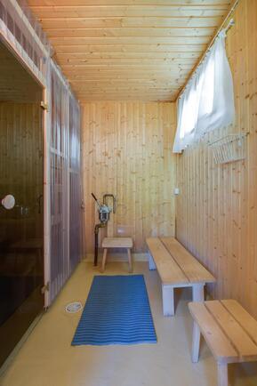 """Sauna on jaettu """"aaltomuoviseinällä"""" pesutilaksi ja saunaksi, ollut ennen yhtenäinen saunatila"""