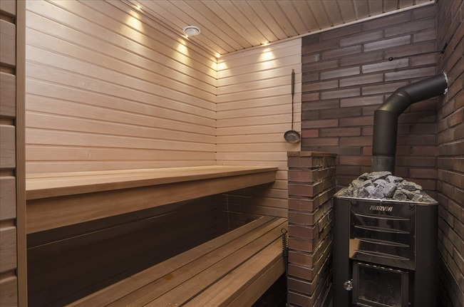 Näyttävä sauna puukiukaalla