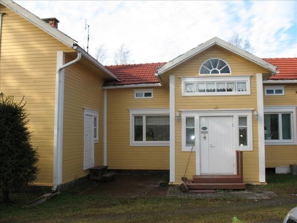 Uusi väri talossa ja katossa, räystäslaudat uusi...