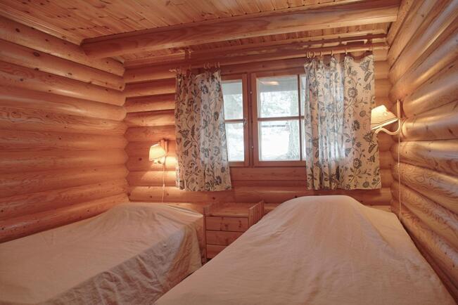 Toinen alakerran makuuhuoneista.
