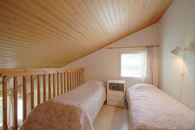 Yläkerrassa ikkunat kahteen eri ilmansuuntaan.