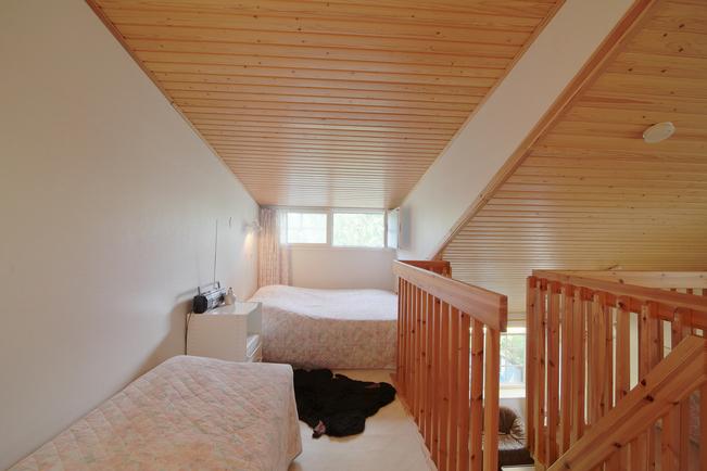 Yläkerrassa tilaa helposti tarvittaessa viidelle yöpyjälle.