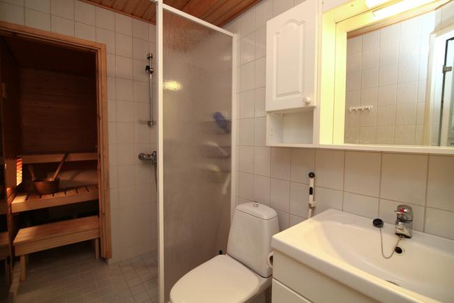 Oma sauna ja kypyhuoneessa tila pesukoneelle.