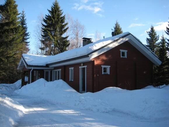 Talo ulkoa talvella.