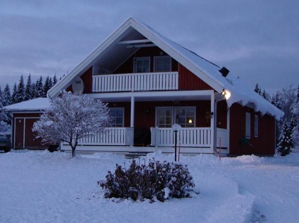 Talvinen kuva talosta