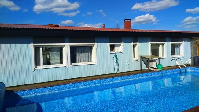 Talon eteläsiipeä. Näkymä uima-altaalle.