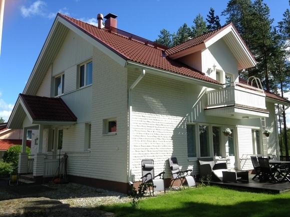Talo (takapihan puolelta)