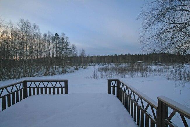 Kevät talven iltamaisema sauna-tuvasta joelle