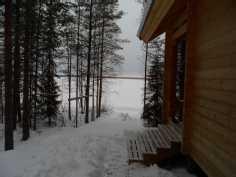 mökin pohjoiseltasivulta järvelle