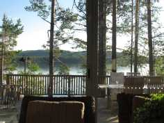 Näkymä tuvasta lasikuistin läpi järvelle
