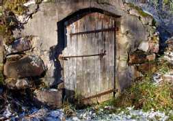 vanhan holvikellarin ovi