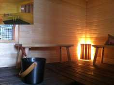Saunaa, saunasta ikkuna pesuhuoneeseen (pikkukuvassa)
