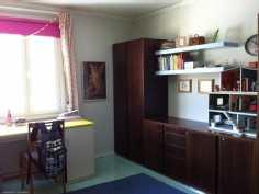 Yläkerran suurempaa makuuhuonetta, makuuhuoneissa täysi huonekorkeus