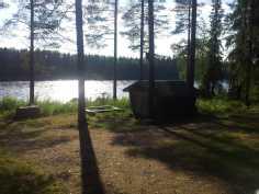 Pihapiirissä puuvaja ja tulipaikka