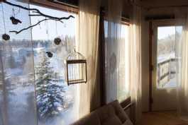 Näkymä olohuoneesta puutarhan suuntaan, ovi parvekkeelle