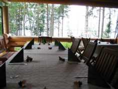 Salin vieressä on katettu ja lasitettu terassi