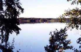 Näkymä päärakennuksesta ja saunoilta järvelle