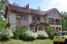 Iso talo järvien läheisyydessä Toivakassa