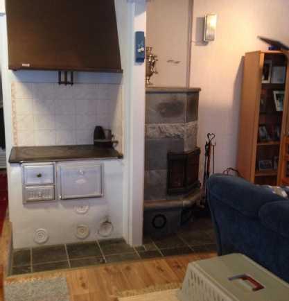 Keittiön toimiva puuhella ja olohuoneen varaava...