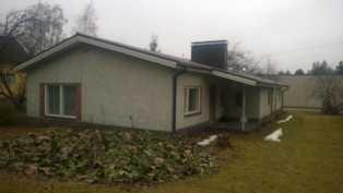 Kuva talosta pihan puolelta