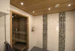 Saunan ja kylpyhuoneen panelointi kauttaaltaan tervaleppää