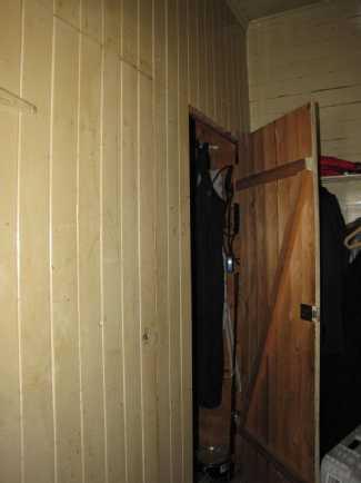 Eteinen (ovet yläkertaan ja varastokomeroon, jon...