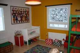 Lasten makuuhuone alakerrassa