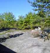 kalliopiha suojassa naapureilta
