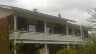 Talo kuvattu rannan puolelta
