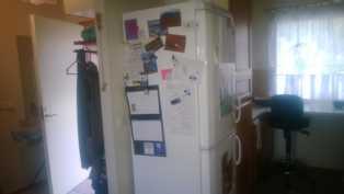 Kuva pienemmän asunnon keittiöön