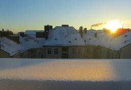 Talvinen näkymä keittiön / keskikokoisen asuinhuoneen ikkunasta.