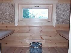Sauna, lauteet kahdella seinällä.